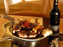 ריחות הבשר המגרים כבר נצרבו באפנו