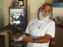 דייג אוהב דגים במסעדת באבאי