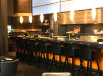 שני אזורי ישיבה במסעדת אג'נדה