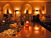 מסעדה מעוצבת בסגנון תורכי אותנטי. פאשה