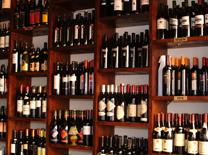 מסעדה עם ריהוט עץ, בר עצום והרבה יין