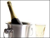שמפניה מגישים בבקבוק קרח כדי לשמור על הקור
