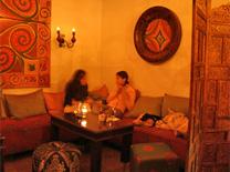 בר מסעדה הכולל בר מעוצב, מסעדה וגלריית סנוקר