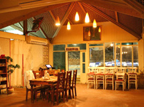 מסעדה על צוק ממש מעל הים. מסעדת תמוז
