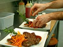 מסעדה עם אוכל מוקפד בהגשה אסתטית