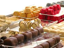 ניחוח השוקולד המשכר שולט. לאונידס