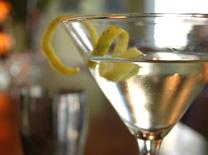 בר עם מבחר גדול של אלכוהול