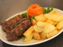 מסעדה רומנית עם שתייה חריפה ואוכל טוב