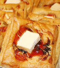 בצק עלים עטף גבינת קממבר, עגבניות שרי וטפנד זיתים