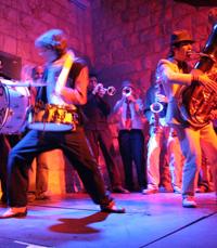 מוזיקה המשלבת בין מסורות עממיות, ג'אז ופ'אנק...