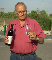 מלמד גפן ויין במכון ויצמן כבר למעלה מ-40 שנה