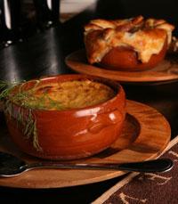 בשר טחון מתובל בפלפל אנגלי, מצופה בפירה מוזהב