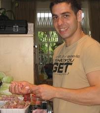 השף של מסעדת מינה טומיי בהרצליה בפעולה