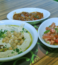 חומוס בתוספת סלט ירקות ופוטייטוס או תוספת לבחירה