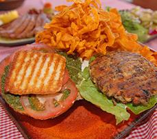 דין המבורגר חלבי כדין בשרי - מותר לאכול עם הידים!