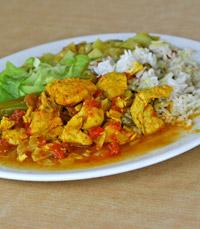 טאלי בשרי: נתחוני עוף, אורז, תבשיל ירקות וסלט טרי