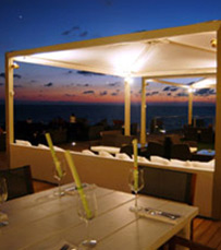 רחש הגלים, ריח הים ועיצוב מדהים של המסעדה