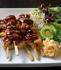 התפריט כולל סושי, ומנות דגים ובשר עם טוויסט יפני