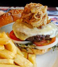 """""""ההמבורגר שלי היה עסיסי, והמנה גדולה למדי..."""""""