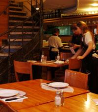 עיצוב אותנטי וחלוקה לשתי מסעדות - בשרית וחלבית