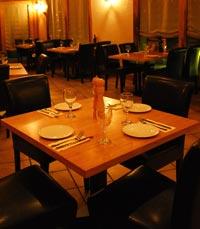 המסעדה נעימה, התקרה מחופה קני במבוק ורשתות דיג