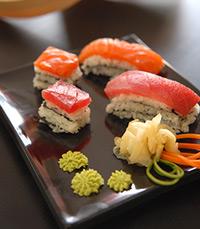 מכינים את הסושי משלושה סוגי דגים: דניס, טונה וסלמון