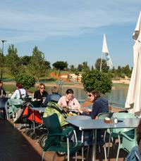 קפה-מסעדה רומנטי ואינטימי, על גדות אגם רעננה