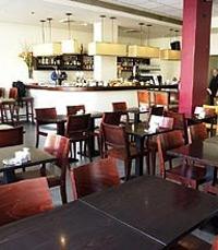מסעדה נעימה עם עיצוב מזמין, קהל מגוון ושירות לבבי