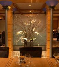 זרימה ואיזון נעים במסעדה, שקירותיה מצופים עץ
