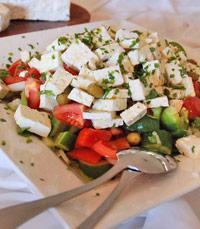במנות הראשונות: סלט עם גבינה בולגרית