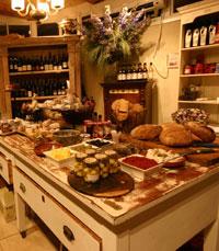 בחנות: לחמי שאור, גבינות עיזים, מטבלים, ריבות...