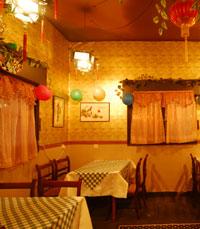 דרקונים סיניים, מנורות אדומות, קנקני תה זעירים מחרס..