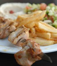 מסעדה עם שווארמה מ-3 סוגים, סלט טרי וצ'יפס טעים