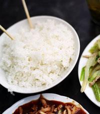 אורז מבשלים בהרבה מים, עד שהוא כמעט מוכן