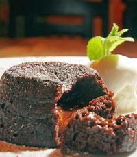 סופלה שוקולד - מוגש עם כדור גלידה וניל