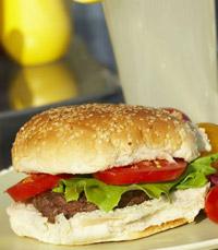 המבורגר בלחמניה, בצל חרוך, סלסת מלפפונים