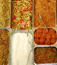 מבין המנות:  תבשיל ירקות ובשר פרסיים