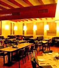 """""""הכניסה למסעדה מעוצבת כבית כפרי רחב ידיים"""""""
