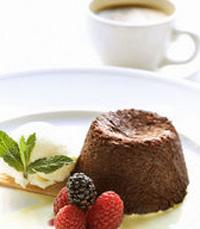מבחר קינוחים- סלט תותים, פונדנט שוקולד