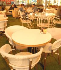 המסעדה מחולקת לשני חלקים:פנימי וחיצוני