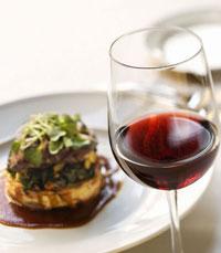 """השירות המקצועי ב""""אדום"""" מתבלט מיד בתחום היין"""