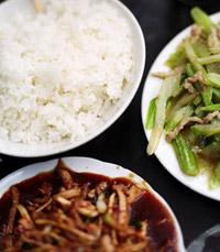 האוכל במקום הוא כפי שאוכלים בסין