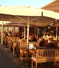 המסעדה ממוקמת בנמל המחודש על דק עץ