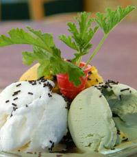 קינוח כדורי גלידה