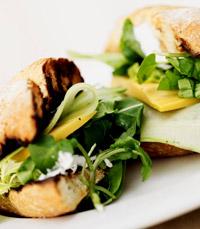 כריך גבינה צהובה ובלגרית בליווי ירקות