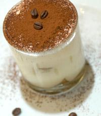 מבחר קינוחים: מאקי שוקולד, קרם בורלה