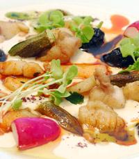 המקום מציע מגוון של מנות דגים, פירות ים ובשרים