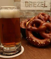 בייגל קלוי לצד כוס בירה