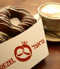 בראצל מצופה שוקולד לצד קפה