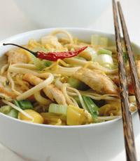 אטריות עם ירקות ונתחוני עוף